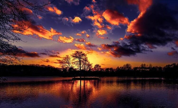 Окрестности нашей усадьбы.  Закат на озере Сипурка