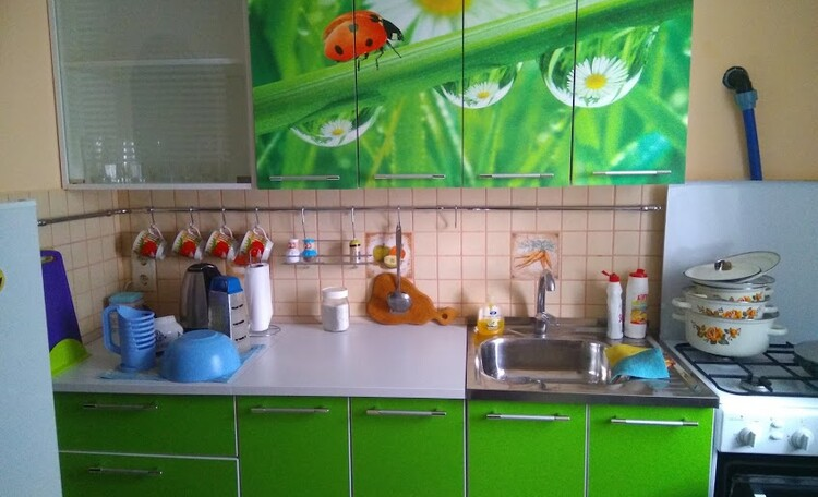 Кухня с горячей водой, холодильником, микроволновкой ...
