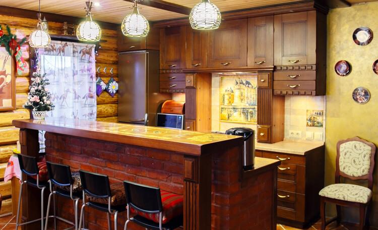 Усадьба «Terrassa», Кухня-столовая с барной стойкой из старинного кирпича и дубовой столешницей. Украсьте её бокалом вина, чашечкой кофе или...... Вам лучше знать:)))