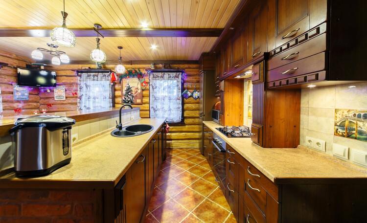 Усадьба «Terrassa», ЛЮБИТЕ ГОТОВИТЬ?   Кухня-столовая полностью укомплектована всей современной техникой, огромным количеством посуды и кухонными мелочами.    Почувствуйте себя настоящим шеф-поваром!