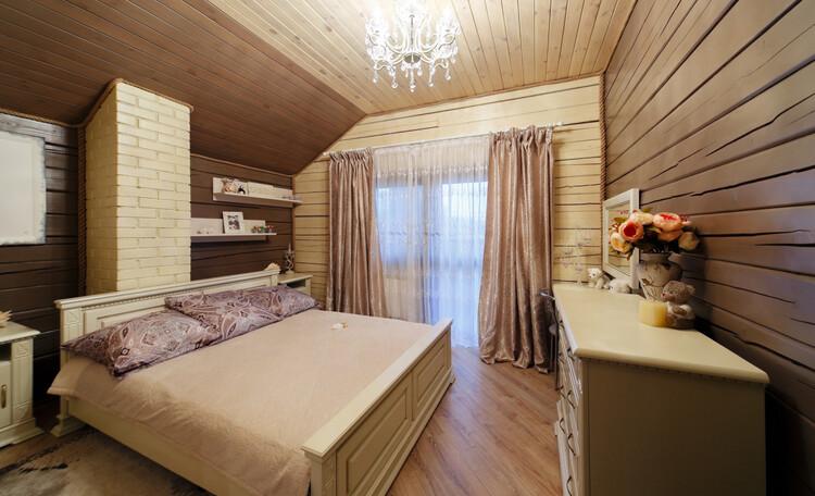 Усадьба «Terrassa», Белая спальня с балконом и потрясающим видом на озеро и лес