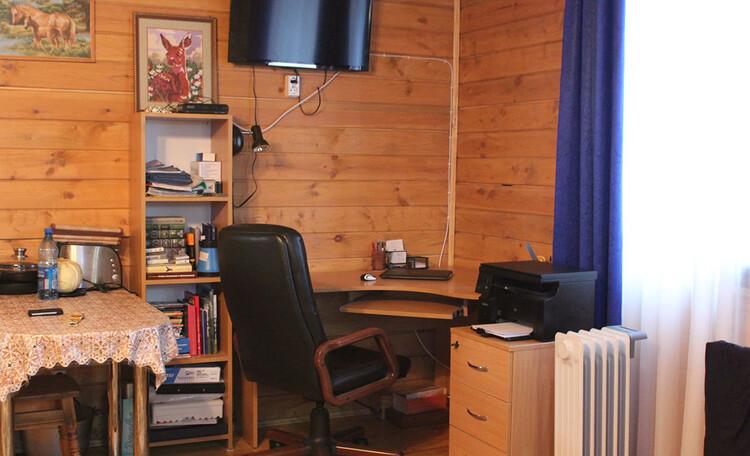 Деревянный домик Иново, рабочее место с компьтером