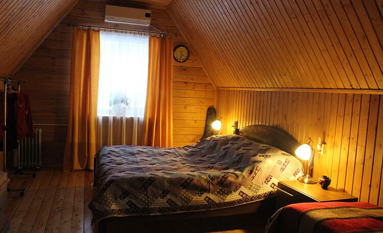 """Farmstead """"Rozeta"""", Деревянный домик Иново, спальня."""