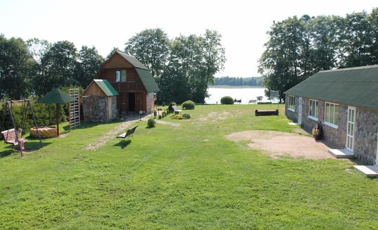 "Farmhouse ""Hutorok u ozera"" (""The farm by the lake"") , Детская и волейбольная площадки,скамеечки,  баня, озеро.."