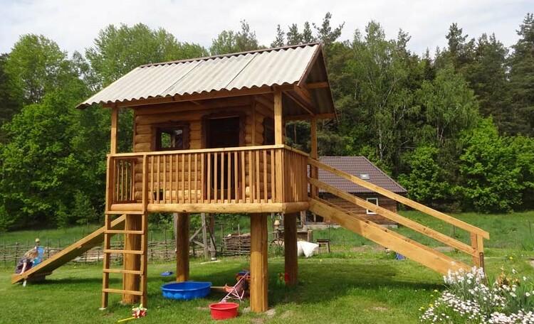 Усадьба «У Гавриловича», Для детей есть детская игровая площадка с домиком и горкой