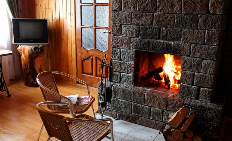 """Агроусадьба """"Хуторок у озера"""". , Гостинная комната во второй части большого дома.Камин, большой стол, тахта(2 сп).Тепло и уютно."""