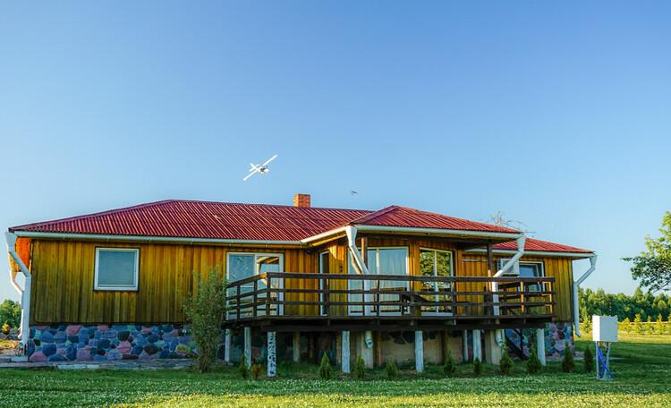 Krasnogorka, Домик Датский Удивительный скандинавский стиль ожидает вас в этом домике на берегу красивейшего озера Снуды. В «Датском» домике вы можете проводить уютные вечера в круговой гостиной, залитой светом французских окон или, например, устроится с лежаками на деревянной террасе с видом на озёра. За домом — Ваш собственный внутренний дворик, на который при желании устанавливается теннисный стол или барбекю. «Датский» домик — это экологичный дизайн, европейский стиль и легкая светлая атмосфера в каждой из четырёх спален и просторной гостиной.