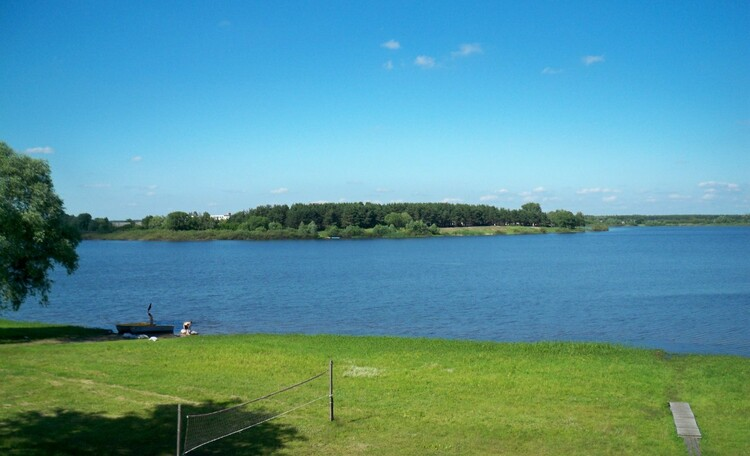 С усадьбы открывается прекрасный вид на озеро Городищенское