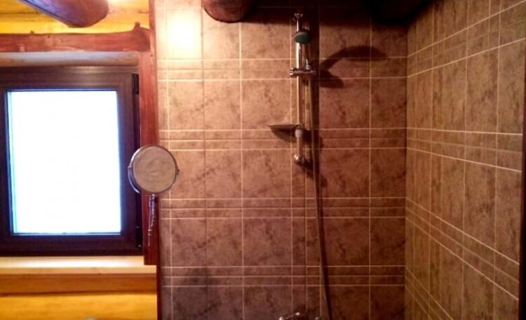 """Farmhouse """"Belorussian Baikal"""", Помывочное отделение в бани с душем."""