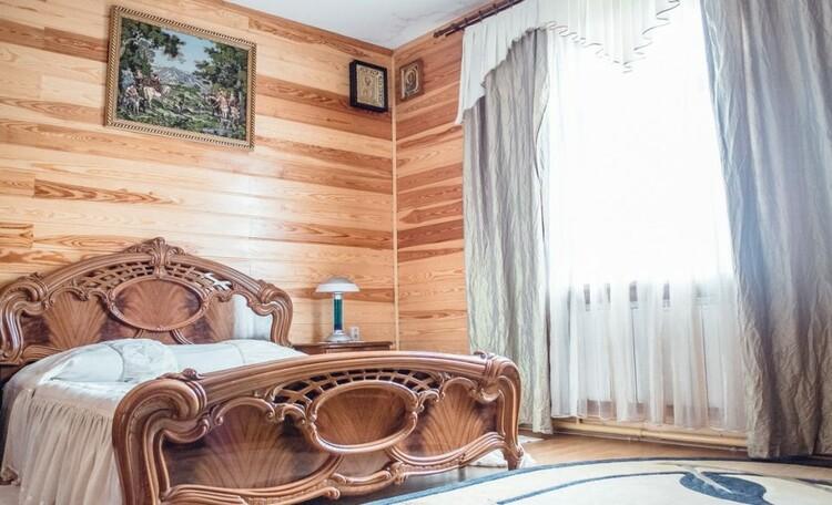 """Farmstead """"Belovezhskaya"""", Усадьба «Беловежская сказка». Спальня на первом этаже"""