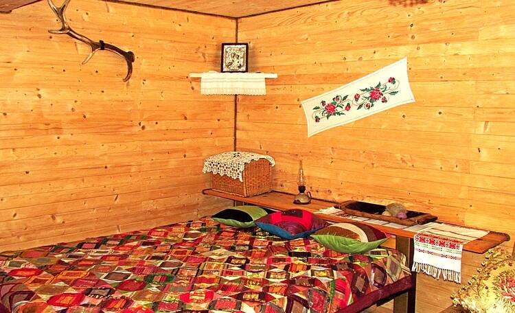 Большая кровать с артопедическими матрасом в большой спальне.
