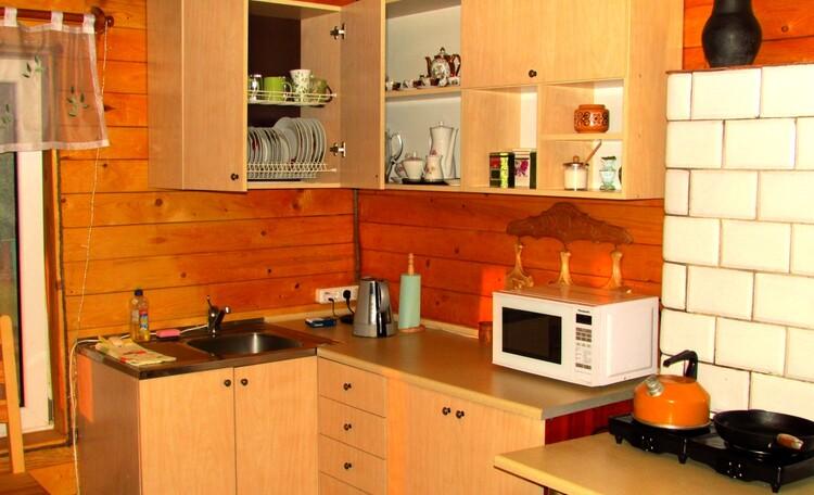 Кухонная зона гостиной.  Есть вся бытовая техника,газовая плита, вся Посуда и хозяйственная мелочь.