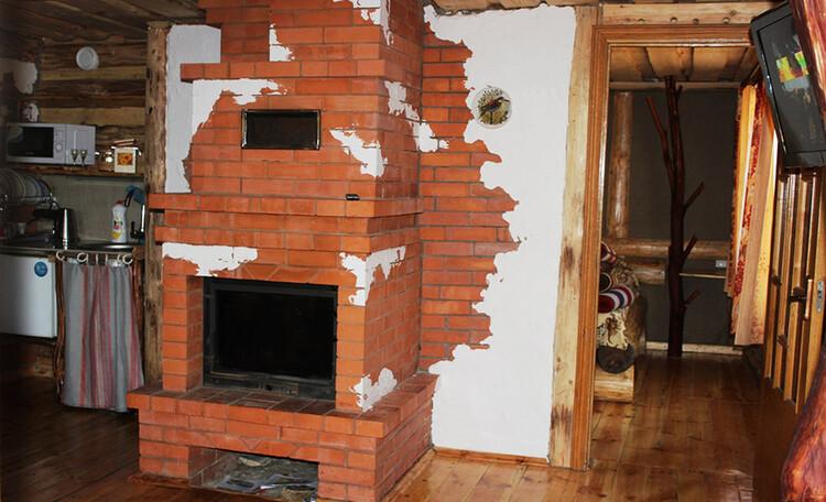 Камин-печка и коридор в спальню