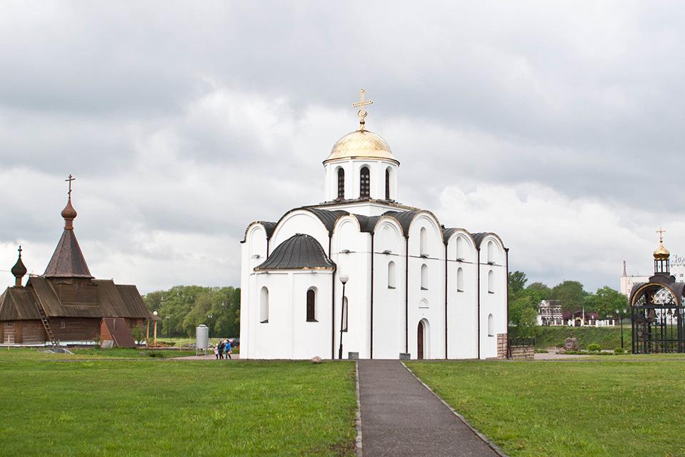 Благовещенская церковь в Витебске, Слева Храм святого благоверного князя Александра Невского из дерева