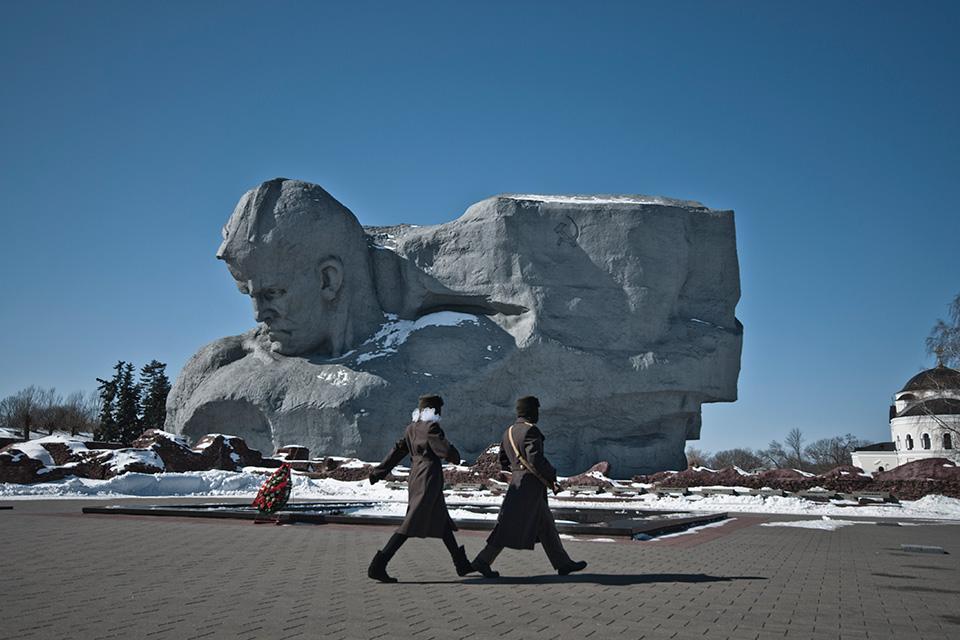 Брестская крепость, Главный монумент – скульптурное изображение воина и знамени