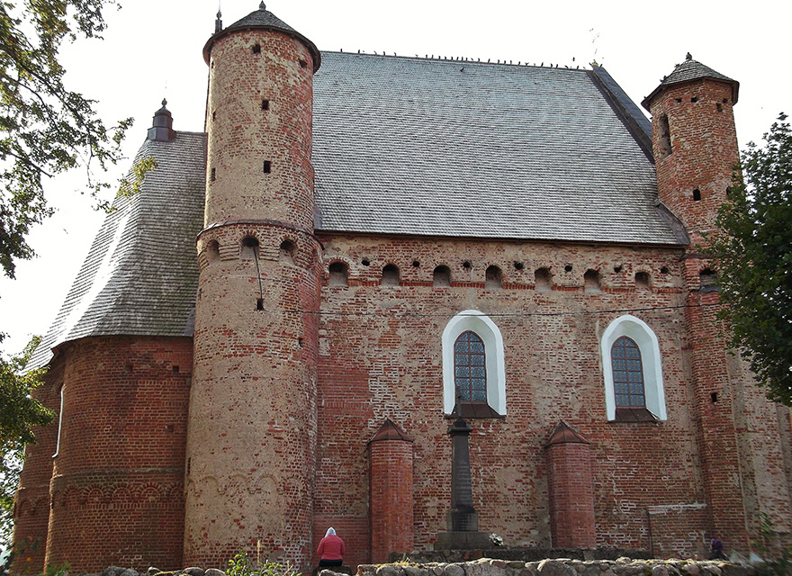 The Church of the Archangel St. Michael in Synkovichi, По углам церкви расположены четыре боевые башни с винтовыми лестницами внутри