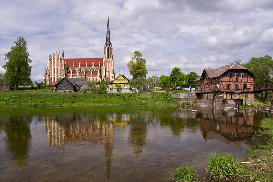 Гервяты, Троицкий костел, Вид на Троицкий костел через реку Лоша, справа старая мельница