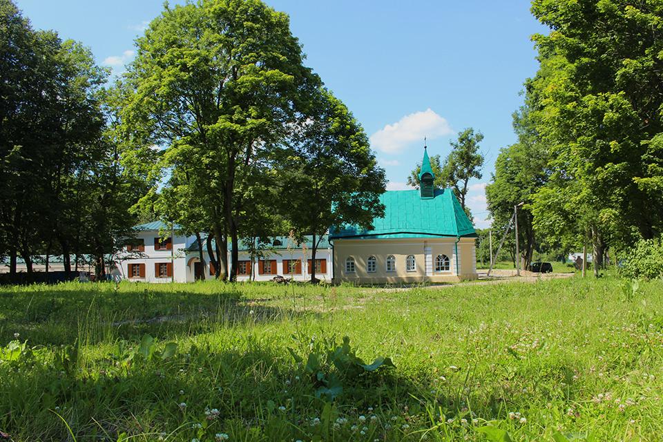 Усадьба Огинского в Залесье, Дворец расположен в живописном парке, разбитом в английском стиле - имеет пейзажный характер