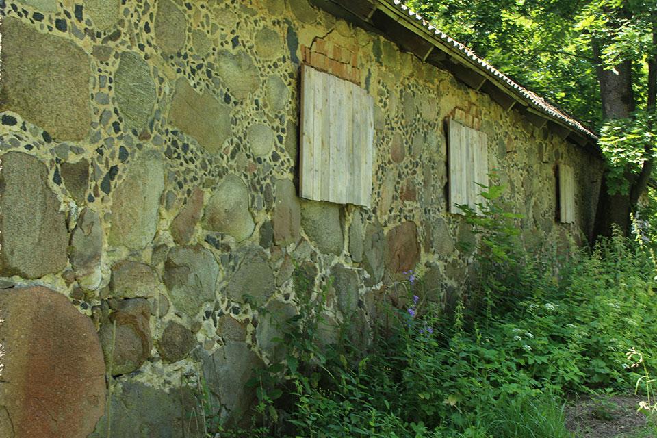 Усадьба Огинского в Залесье, Амбар сложен из больших мурованых камней. Через окна доносится вкусный запах зерна.