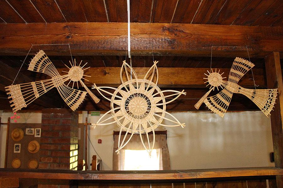 Музей традиционной культуры в Браславе, Поющие жаворонки из соломы и восьмиконечная звезда символ солнца. Символизирует весеннее равноденствие