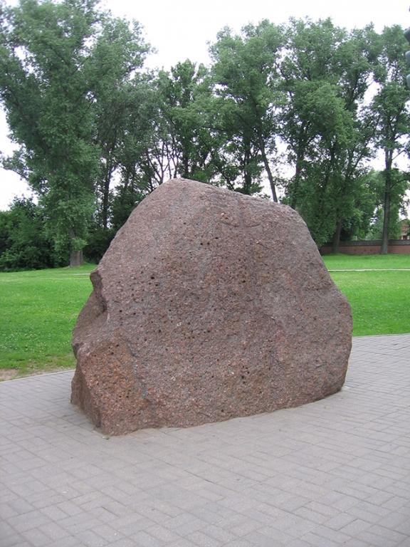 Софийский собор в Полоцке, Борисов камень с надписями XII в. возле Софийского собора